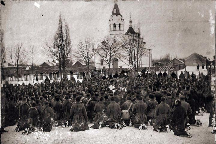 Солдаты на молитве у военной Свято-Георгиевской церкви