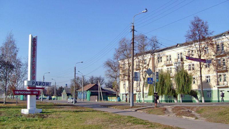 Эта стелла была установлена на въезде в район со стороны Кузнечного моста. При расширении улицы Барыкина была демонтирована.