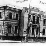 В здании на снимке с 1897 по 1925 жила семья Выгодских. Сейчас в этом строении располагается филармония