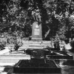 Памятник воинам, павшим в ВОВ, по улице Комиссаров (1950)