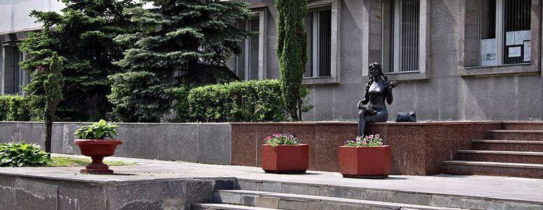 Скульптура «Студентка»