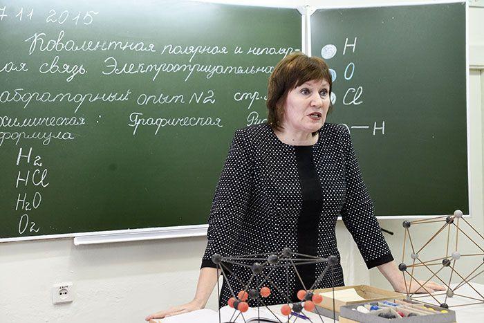 """Галина Смакова: """"В этой школе я училась, теперь работаю. И хоть живу в Волотове, каждый день встаю в 5 утра, чтобы успеть к началу уроков"""""""