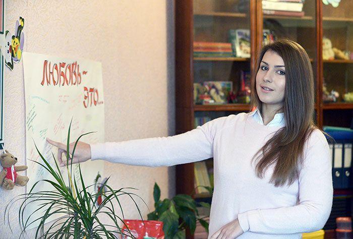 """Екатерина Пазняк: """"В школе на высоком уровне волонтёрская деятельность . Сейчас мы вместе с ребятами собираем корм для бездомных животных""""."""