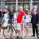 Начальник ГАИ Макушенко с велосипедом (по центру). На открытии велосезона он возглавляет колонну велосипедистов. В своей профессиональной деятельности он делает целые улицы непригодными для движения велосипедистов и пешеходов. Фото Натальи Пригодич.