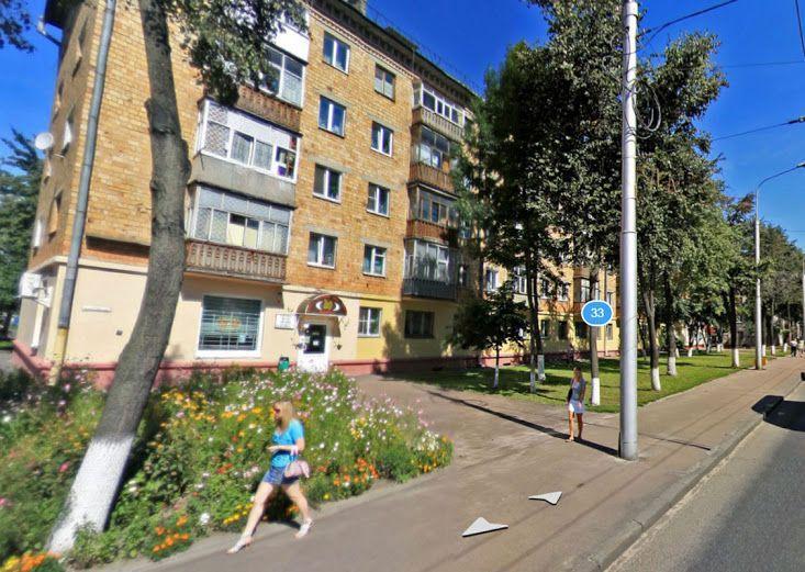 Вместо зеленой зоны около дома № 33 появится остановка. Фото Яндекс-панорама