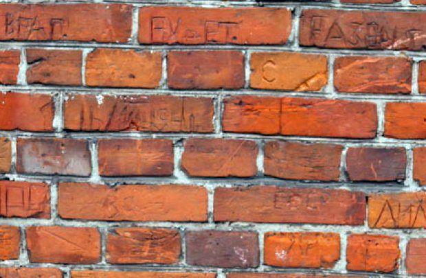 «Враг будет разбит» — надпись времен оккупации Гомеля.