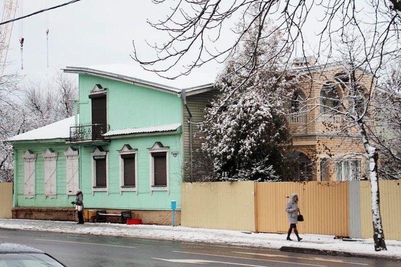 Левая часть в этом здании оригинальная, правая — радикально перестроена
