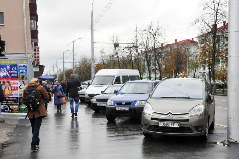 Парковки на проспекте Победы на всех не хватает — машины паркуются на тротуаре.