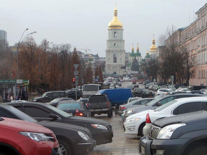 Стихийная парковка на площади в Киеве (фото с eveningkiev.com)