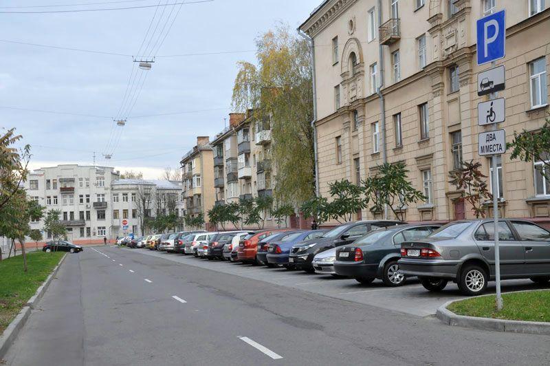Найти место для парковки на улицах, перпендикулярных Советской, в рабочее время практически невозможно. Часто заняты даже места для инвалидов.