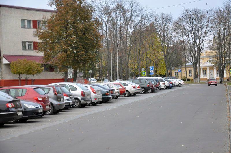 Перпендикулярная парковка организуется за счет уменьшения зеленой зоны.
