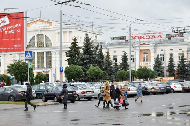 На Привокзальной площади автомобили стоят в два ряда даже в выходные дни. Некоторые автомобилисты оставляют тут свои машины на время отъезда из города.